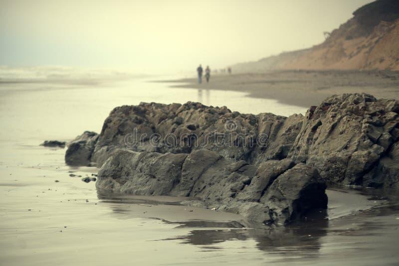 Пляж океана в Сан-Франциско на туманном заходе солнца стоковые фотографии rf