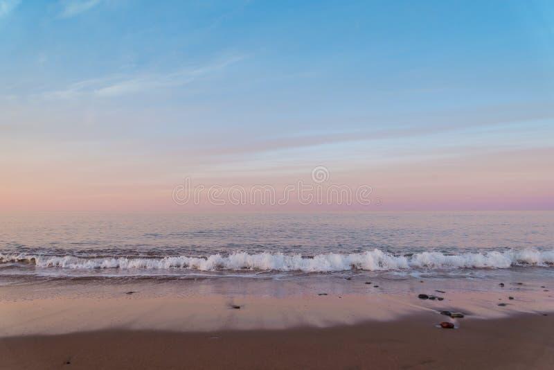 Пляж океана на рассвете стоковые изображения