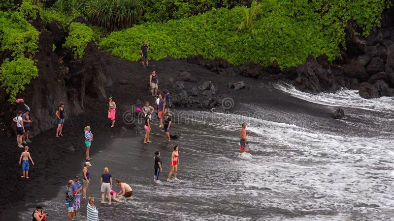 Пляж отработанной формовочной смеси на парке штата Waianapanapa, Мауи стоковые фотографии rf