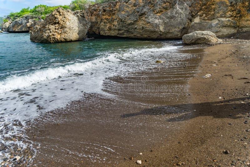 Пляж отработанных формовочных смесей - взгляды Curacao стоковые изображения rf