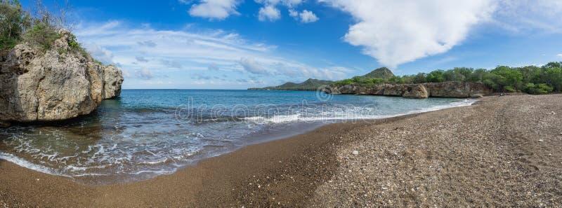 Пляж отработанных формовочных смесей - виды на океан стоковое изображение