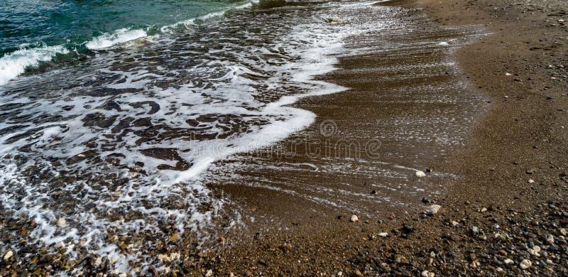 Пляж отработанных формовочных смесей - линии океана стоковая фотография