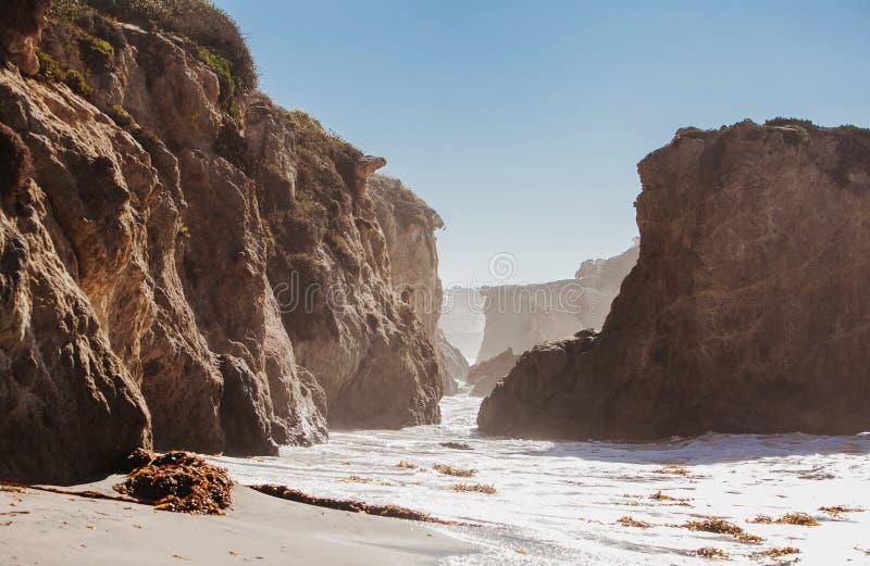 Пляж положения El матадора, Malibu, Калифорния стоковые фото