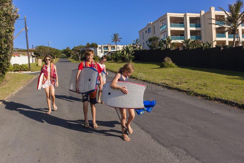 Пляж прогулки подростков стоковое изображение
