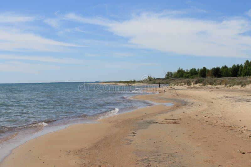 Пляж пункта Tawas, Мичиган вдоль Lake Huron на понедельнике стоковое фото
