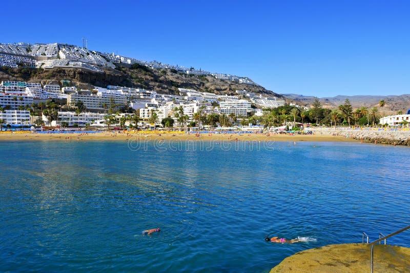 Пляж Пуэрто-Рико в Gran Canaria, Испании стоковые фотографии rf