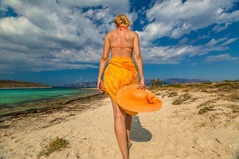 Пляж платья женщины оранжевый стоковая фотография rf