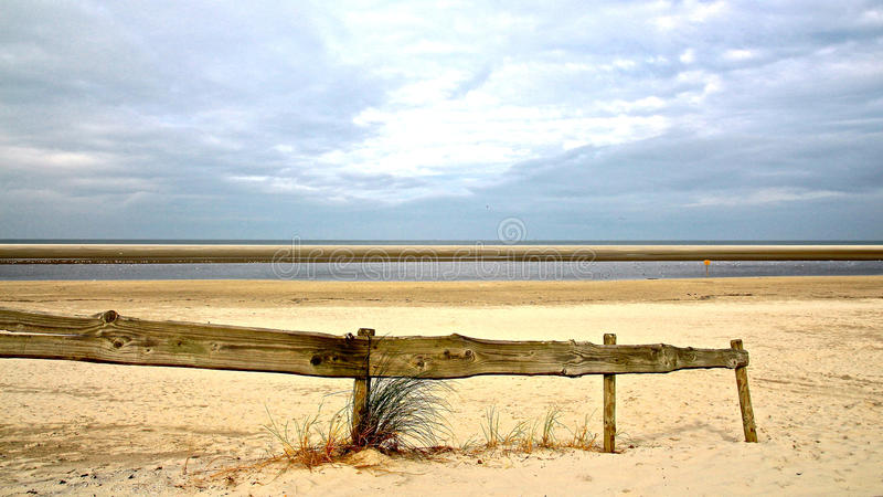 Пляж Северного моря с деревянный ограждать стоковые фото
