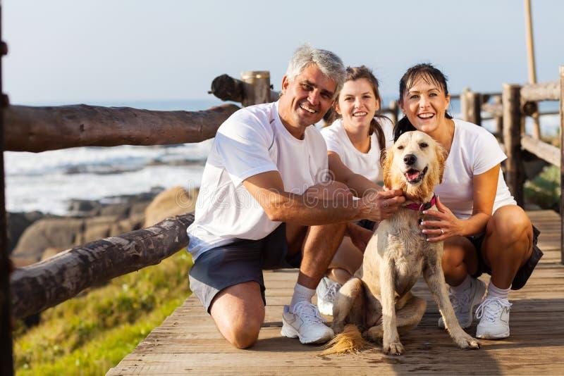 Пляж собаки семьи стоковые фотографии rf