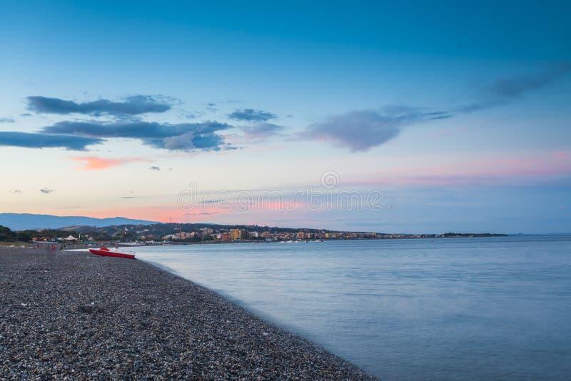 Пляж с взглядом к Catanzaro Lido стоковая фотография