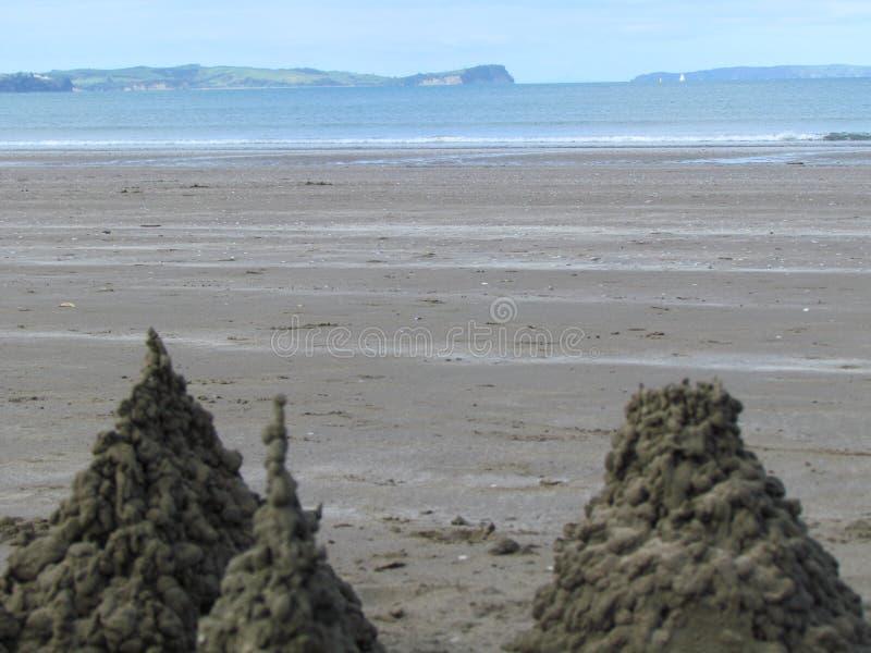 Пляж с замком песка стоковые изображения
