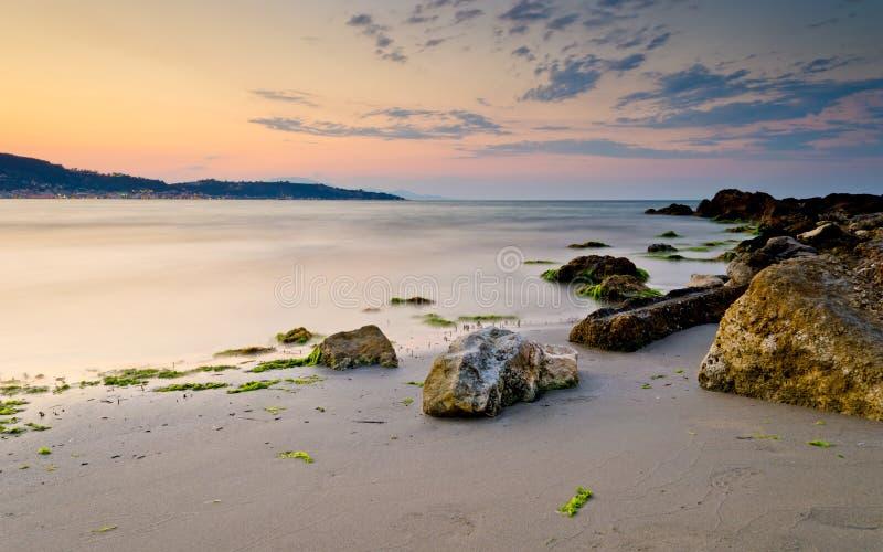 Пляж с утесами на заходе солнца стоковая фотография rf