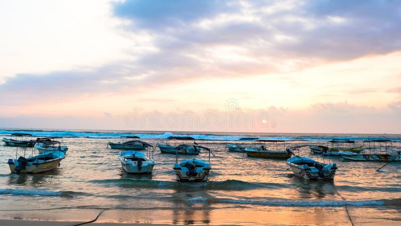 Пляж с шлюпками стоковые изображения rf