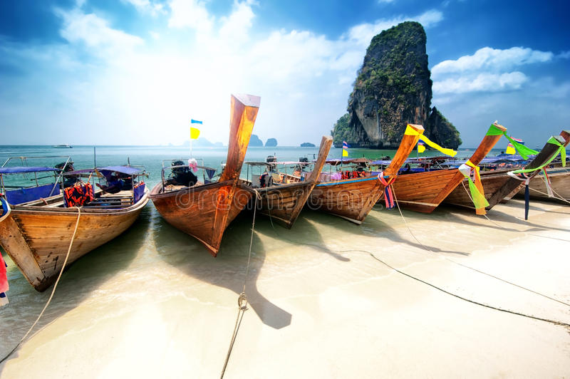 Пляж Таиланда на тропическом острове. Красивая предпосылка перемещения стоковые изображения
