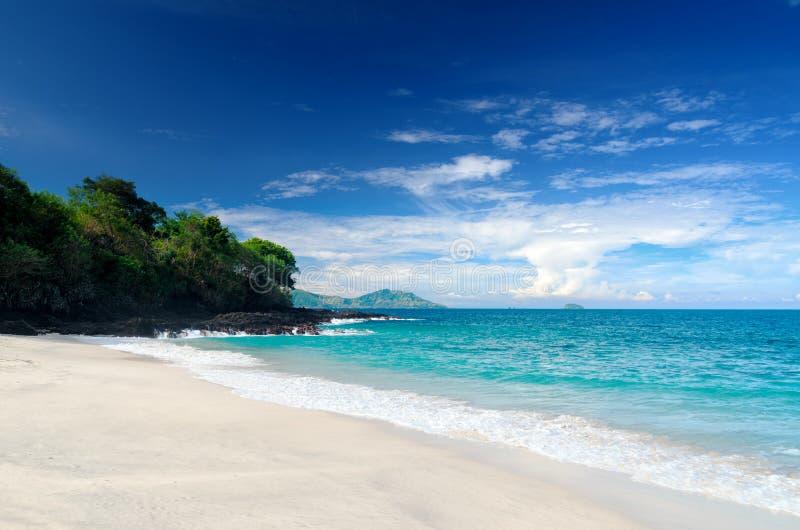 пляж тропический человека kuta острова bali городок захода солнца формы красивейшего Индонесии идущий видимый стоковое фото