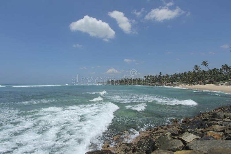 Пляж Ahangama в Sriu Lanka и волнах на береге индийский o стоковое фото rf
