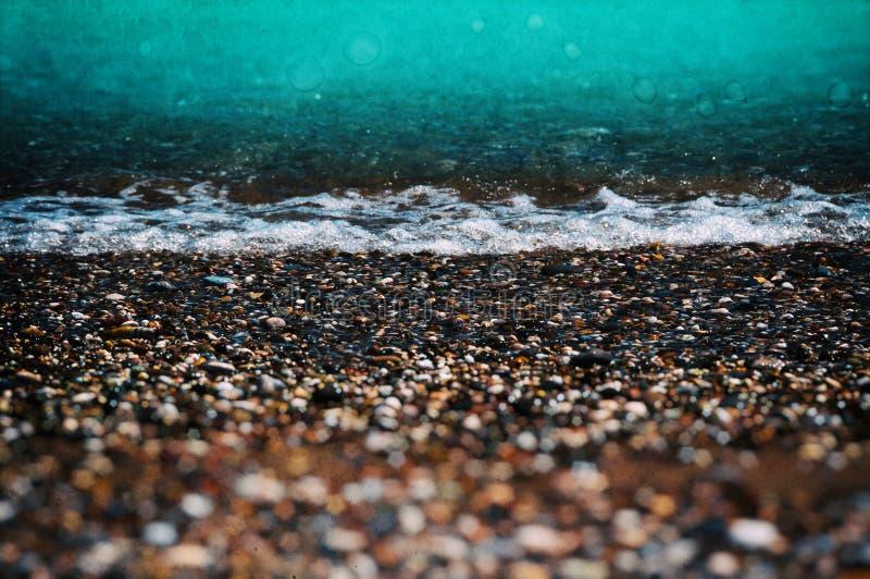 Пляж Aqua приливный с камешком стоковые изображения