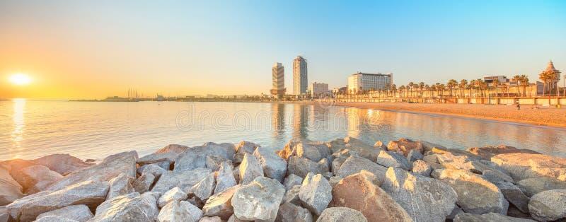 Пляж Barceloneta в Барселоне на восходе солнца стоковая фотография