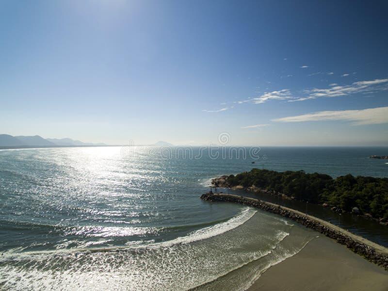 Пляж Barra da Lagoa вида с воздуха в Florianopolis, Бразилии Июль 2017 стоковое изображение rf