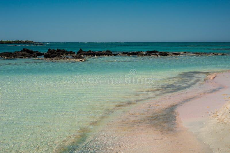 Пляж Elafonisi, красивый розовый песок и открытое море, Греция, Cre стоковое фото rf
