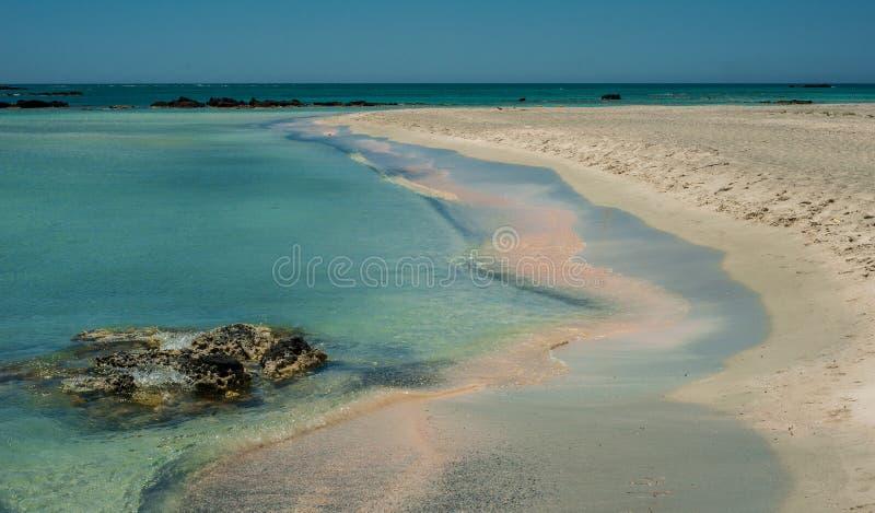 Пляж Elafonisi, красивый розовый песок и открытое море, Греция, Cre стоковые фото