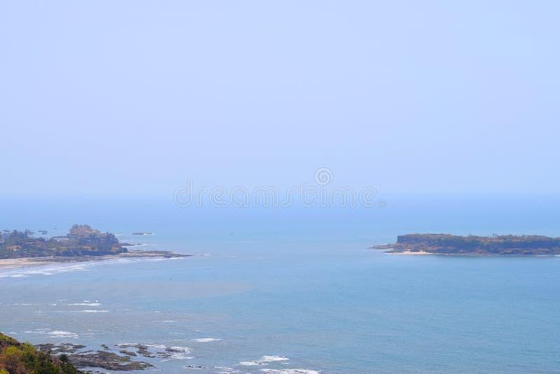 Пляж Harnai и форт Suvarnadurga в перемещении Аравийского моря - Konkan стоковая фотография rf