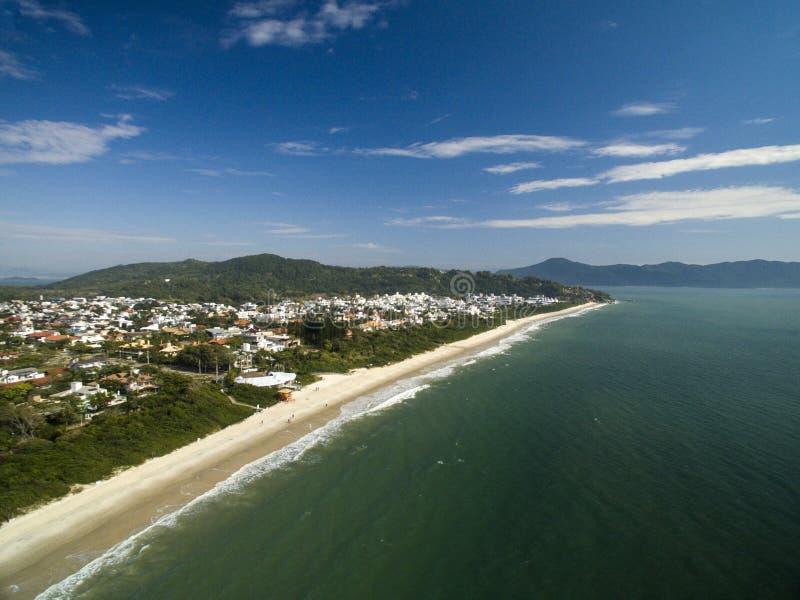 Пляж Jurere вида с воздуха в Florianopolis, Бразилии Июль 2017 стоковая фотография
