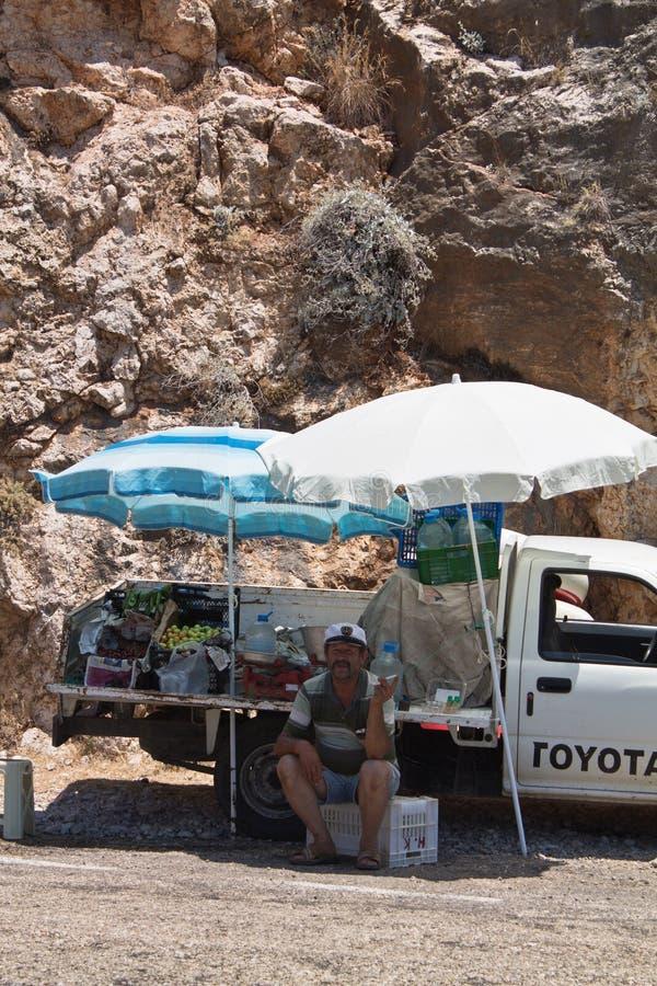 Пляж Kaputas, Турция - 4-ое июля 2012: укомплектуйте личным составом продавать свежие вкусные местные плодоовощи вишни в его выби стоковые фотографии rf