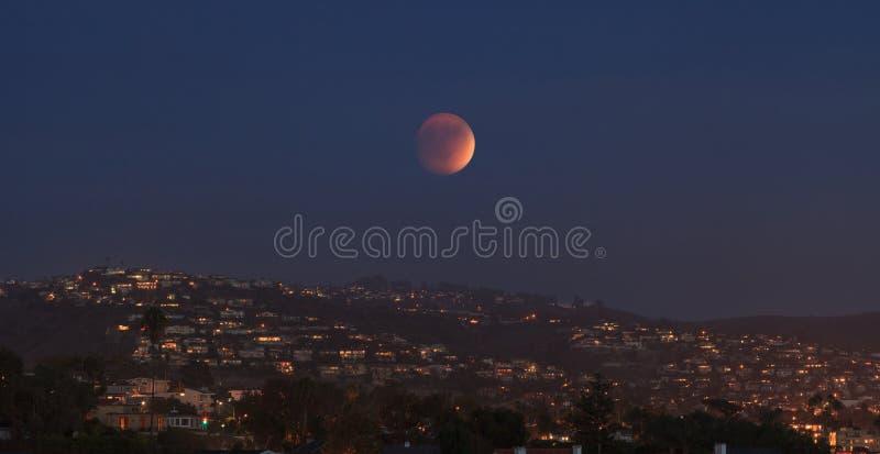 Пляж Laguna, взгляд залива Калифорнии серповидный луны крови стоковое изображение rf