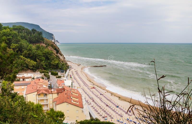 Пляж numana в Conero riviera, Марше, Италии стоковые изображения