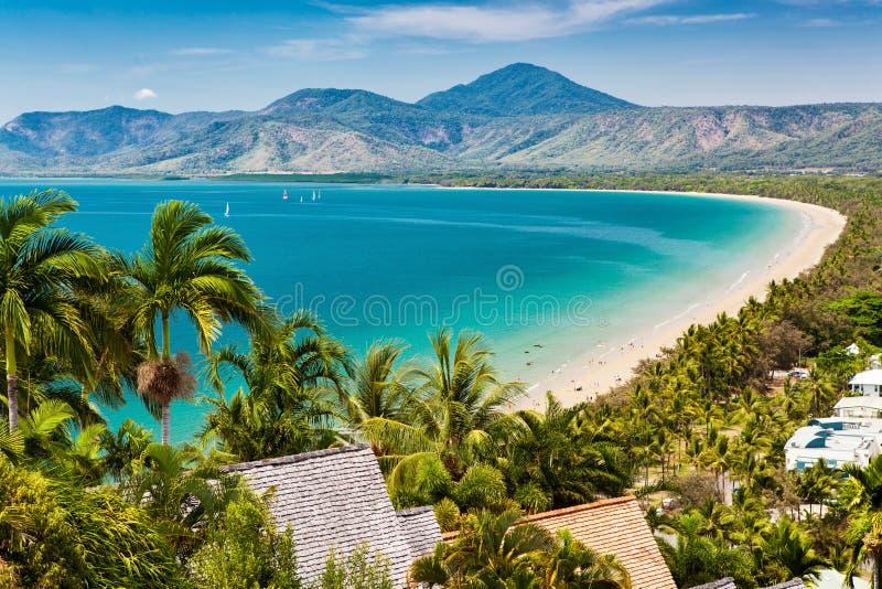 Пляж Port Douglas и океан на солнечный день, Квинсленд стоковое изображение rf