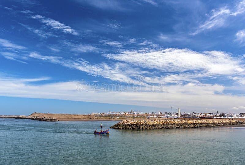 РАБАТ, МАРОККАНСЬКИЙ 9-ОЕ АПРЕЛЯ: Малые рыбацкие лодки в атлантическом o стоковые изображения