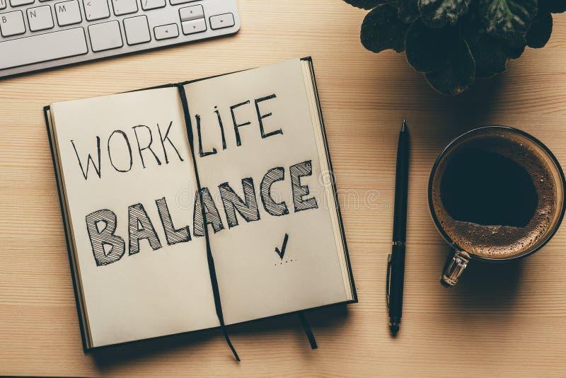 Работайте баланс жизни - слова handwrite в открытой тетради, ручке, чашке кофе, взгляд сверху Концепция стратегии успеха образа ж стоковые изображения rf