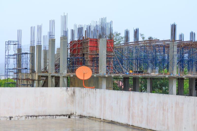 Работайте конструкция в рабочем месте строительной площадки на дождливый день стоковые фотографии rf