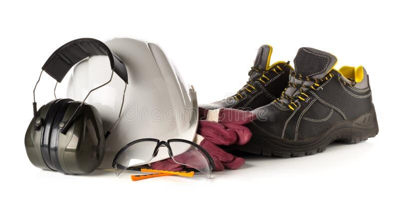 Работайте оборудование безопасности и защиты - защитные ботинки, защитные стекла, перчатки и слыша защита над белизной стоковые фотографии rf