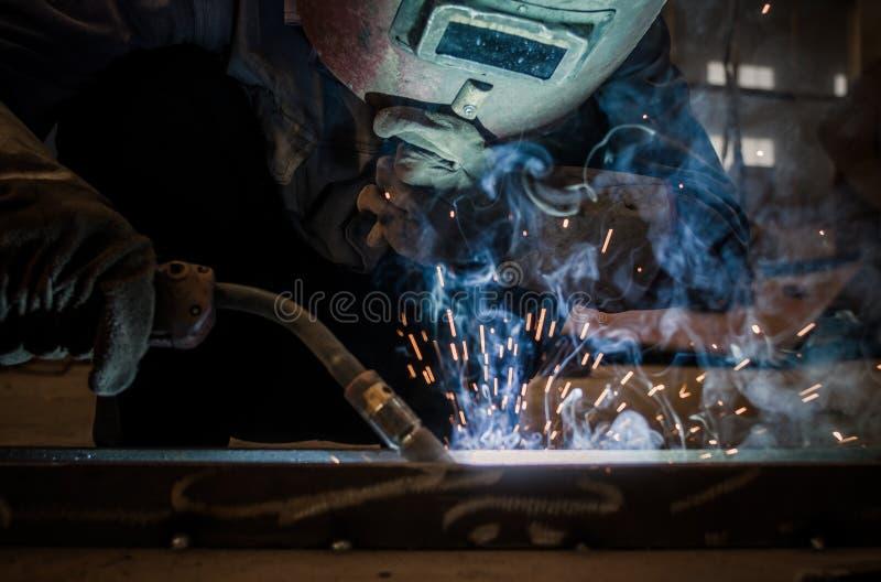 Работайте работники заварки в фабриках стоковое изображение rf
