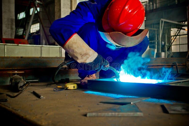 Работайте работники заварки в фабриках стоковая фотография rf