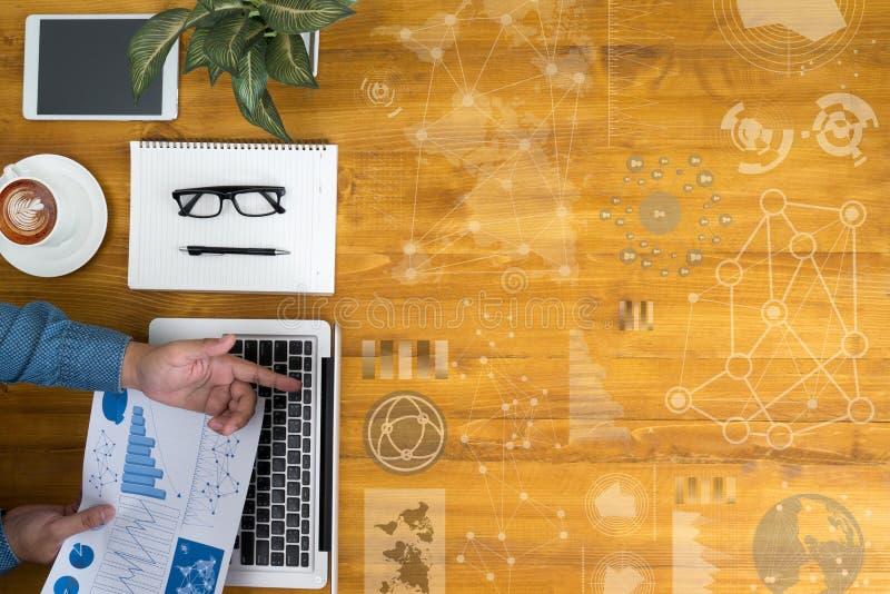 Работайте с финансовыми отчетами и компьтер-книжкой с другим arou объектов стоковая фотография