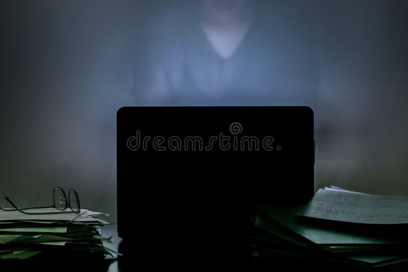 Работать азиатского человека трудный всю ночь для работы саммита внутри завтра shoo стоковая фотография