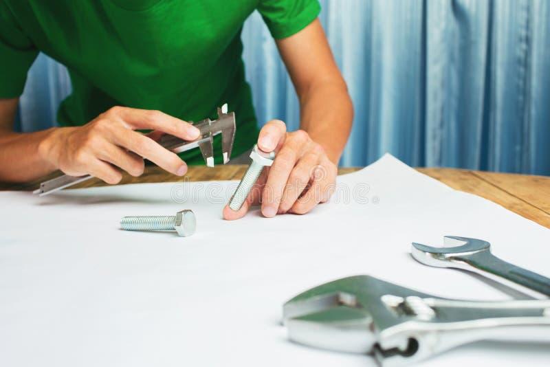Работать крепко инженера фабрики бизнесмена в работе офиса главной стоковая фотография rf