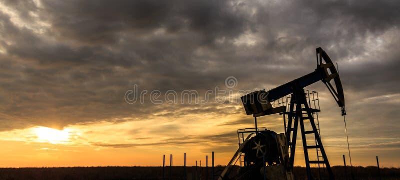 Работая нефтяная скважина нефти и газ стоковые фото