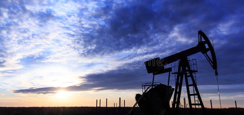 Работая нефтяная скважина нефти и газ стоковое изображение rf