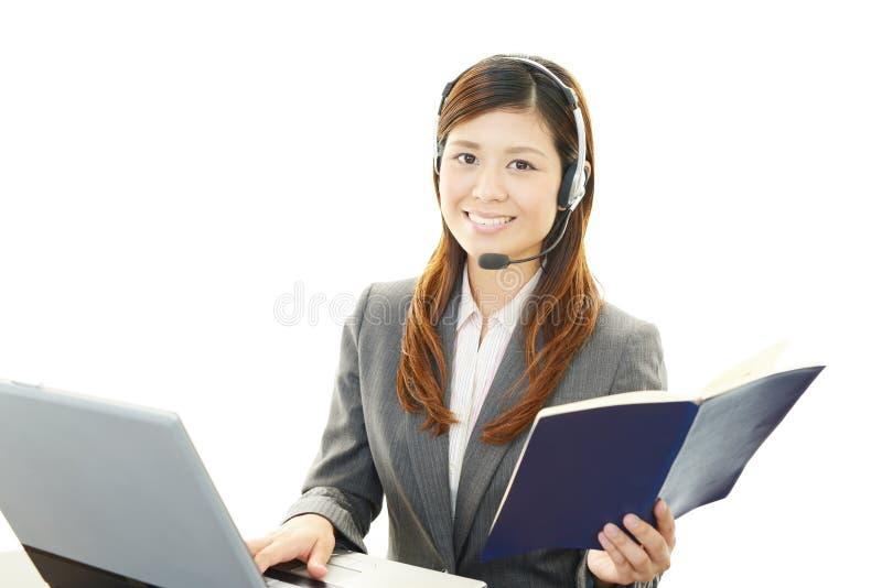 Работая оператор центра телефонного обслуживания стоковое фото rf