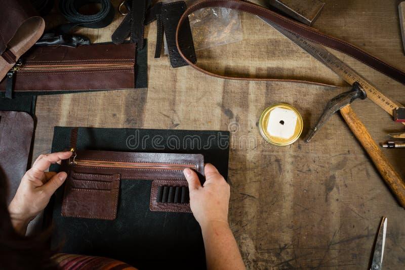 Работая процесс кожаной сумки или посыльного стоковая фотография rf