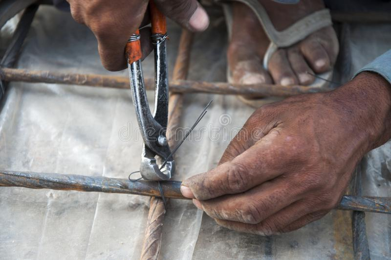 Работая руки со сталью стоковые фото