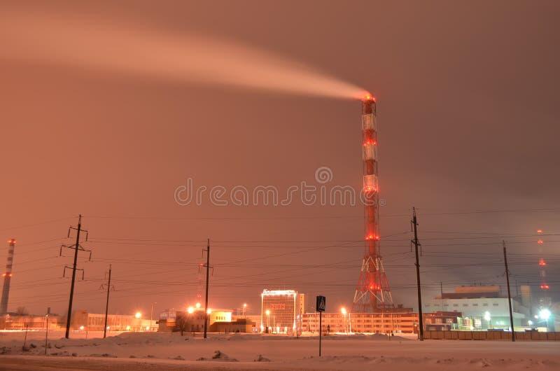 Работая химический завод Съемка зимы ночи долгой выдержки стоковые фото