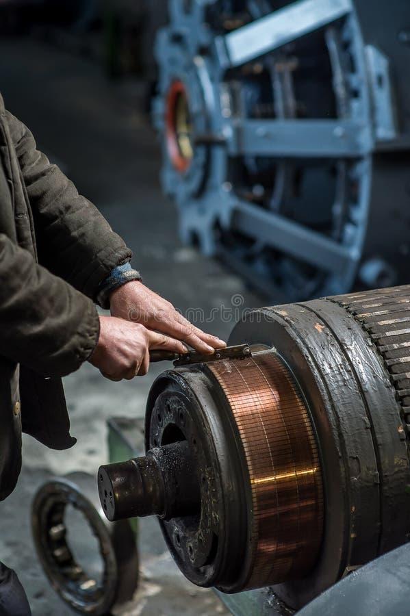 Работая человек руки на фабрике стоковая фотография rf