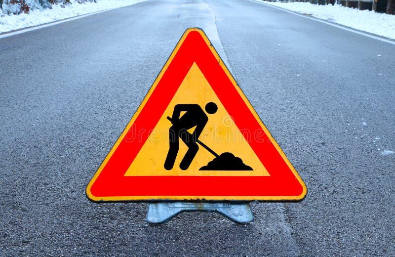 Работа в процессе дорожного знака треугольника в дороге стоковая фотография rf