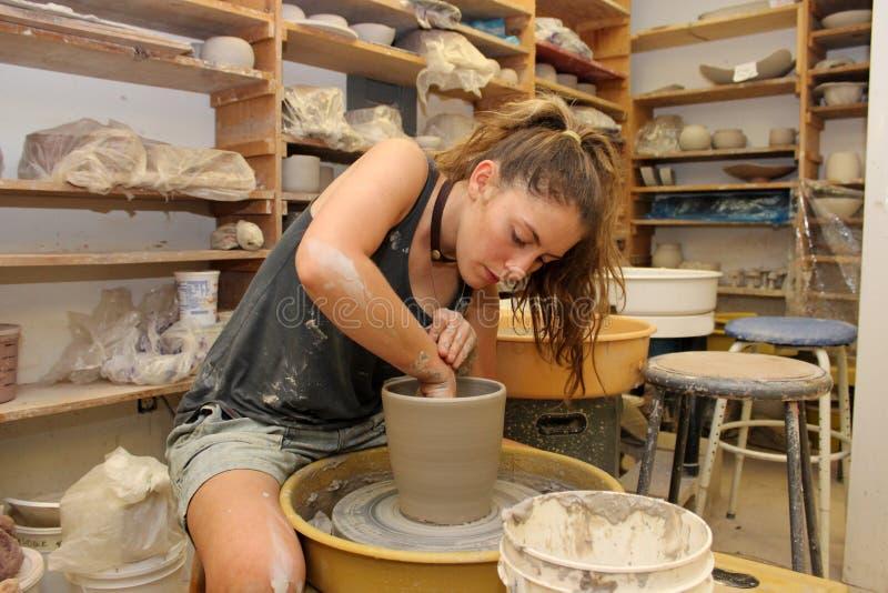 Работа в студии гончарни стоковые фото