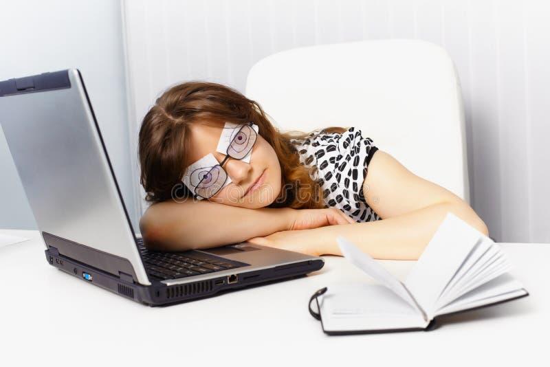 работа глаз поддельная спит используя женщину стоковые фотографии rf
